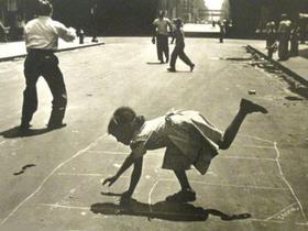 Вальтер Розенблюм считается документалистом, но почти в каждой его фотографии – такое богатство смыслов, что позволяет теоретикам фотоискусства считать его предтечей современного арт-фото.