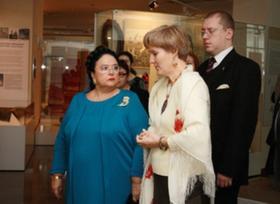 Великая княгиня Мария Романова - слева