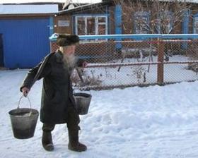 73-летний Риф Карымов ежедневно ходит за километр на озеро по воду. Фото Геннадия Ярцева