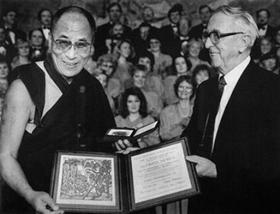 Далай Лама получает Нобелевскую премию мира