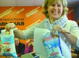 """Руководитель пресс-центра """"КП"""" Елена Маркова демонстрирует молоко с антибиотиком. Фото Ирины Гундаревой"""