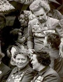 Раиса Моргунова с внуками Андреем и Тамарой на параде в честь Дня Победы. Фото Сергея Васильева