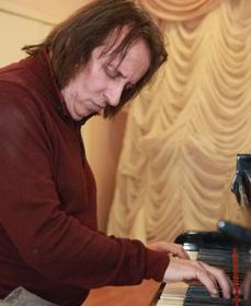 "Семен Сон (пианист, композитор): ""Бетховен, Скрябин, Чайковский – впереди. А я рядышком и никогда не тяну одеяло на себя""."